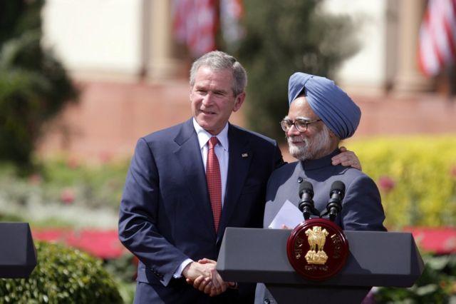 الرئيس الأمريكي السابق جورج بوش ورئيس الوزراء الهندي السابق مانموهان سينغ