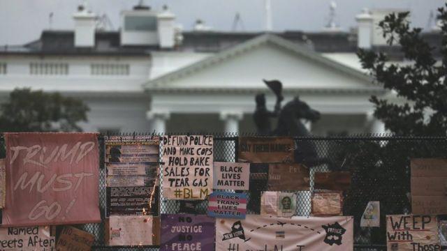 Casa Blanca con carteles en contra de Trump
