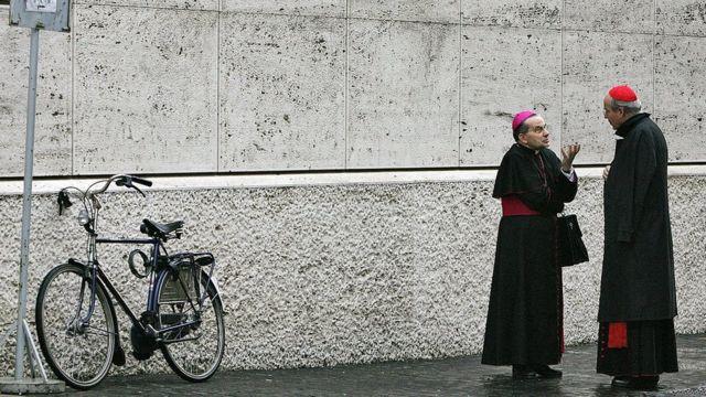 Cardeais conversam nas ruas do Vaticano
