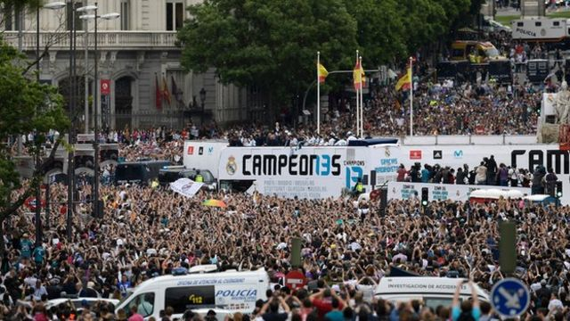 Madrid players open top bus parade