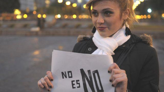 """Женщина в Аргентине с плакатом """"Нет - значит нет"""""""
