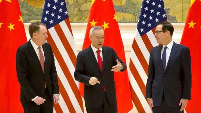 中美此前进行贸易谈判时,中国副总理刘鹤(中)与美国贸易代表莱特希泽(左)和财政部长姆努钦(右)见面。