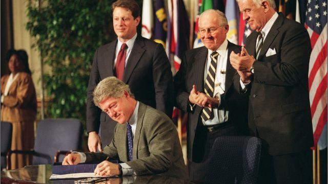 Clinton firma el TLCAN o NAFTA