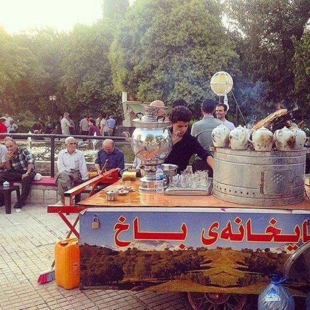 एक पार्क के करीब चाय बेचता व्यक्ति