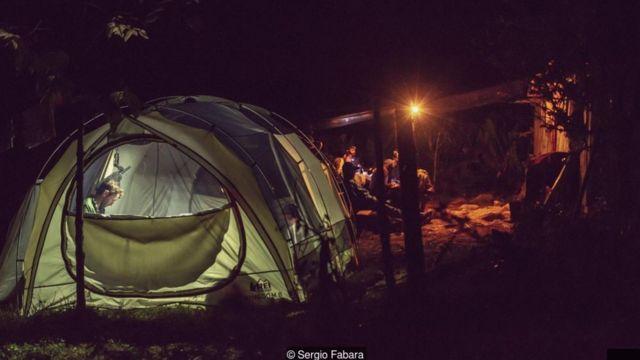 Un campamento nocturno de científicos