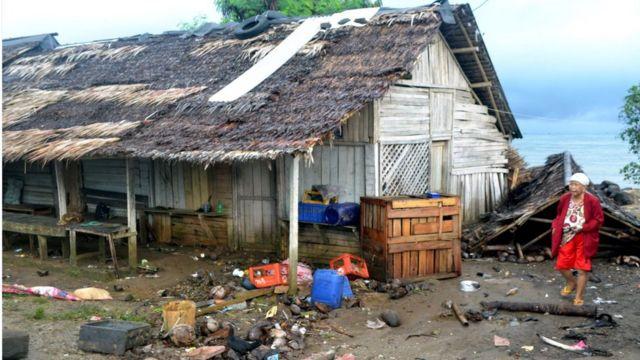 Kondisi warung merangkap rumah milik warga porak-poranda setelah diterjang gelombang tinggi di Kampung Cikadu, Kecamatan Tanjung Lesung, Pandeglang, Minggu (23/12)
