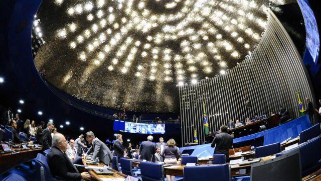 Senadores durante sessão no plenário do Senado, em 17 de dezembro de 2014