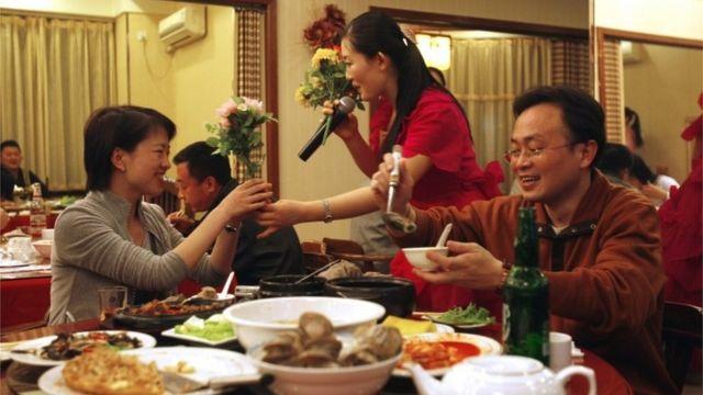 レストランの従業員は体制への忠誠度で慎重に選ばれている