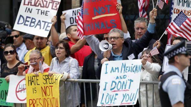 トランプ氏が主張する移民政策に対しては各地で抗議デモが起きている(写真はシカゴでのデモ)