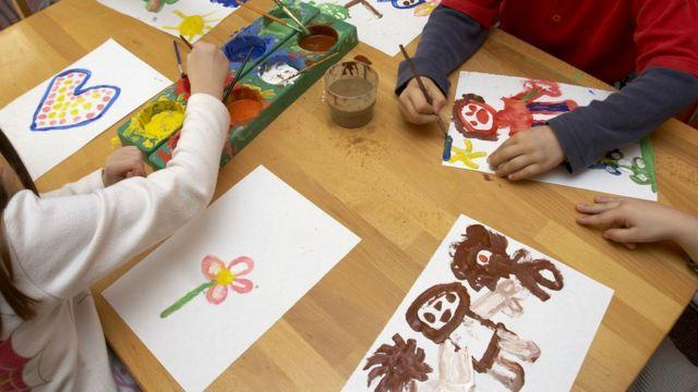 Crianças desenhando em pré-escola