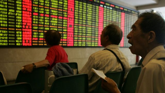 一些看著股票價錢顯示屏的人