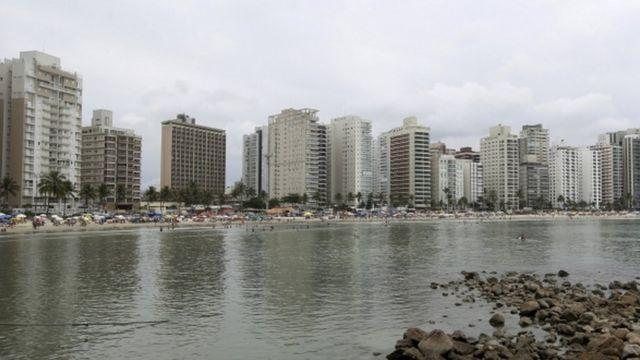 サンパウロ・グアルジャのビーチに並ぶ高級マンション