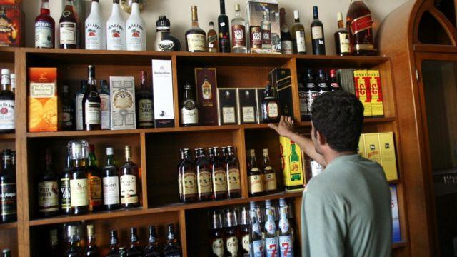 بائع في محل لبيع المشروبات الكحولية