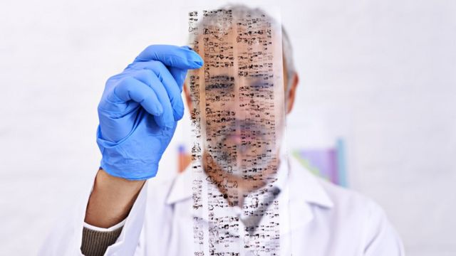 Científico mirando una secuencia genética