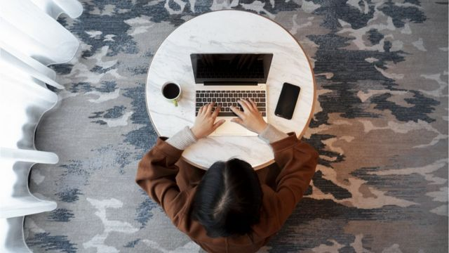 Una mujer en una computadora