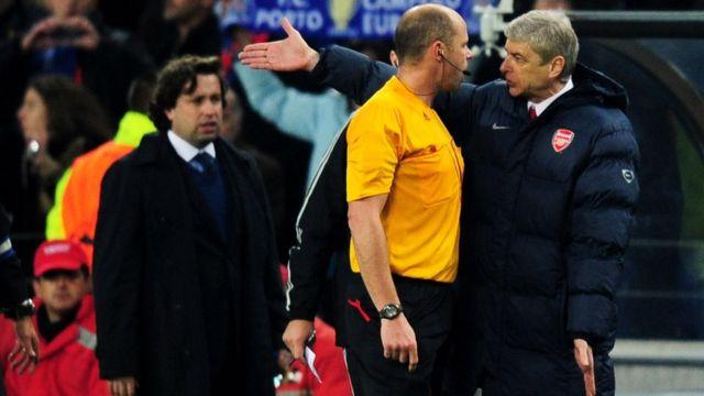 Akọnimọọgba ẹgbẹ agbabọọlu Arsenal, Arsene Wenger n fi ehonu han lori papa