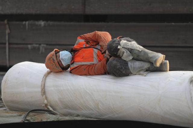 Operário descansa no canteiro de obras