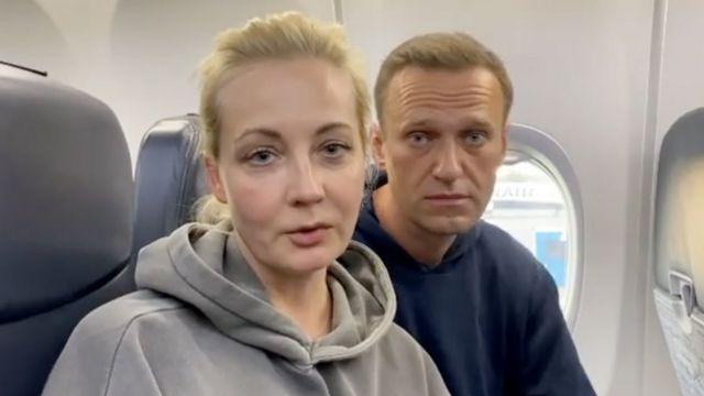 супруги Навальные в самолете