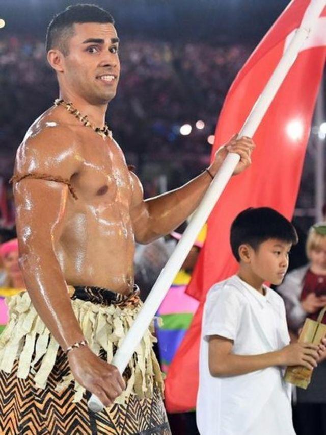 El atleta abanderado de Tonga se especializa en Taekwondo.