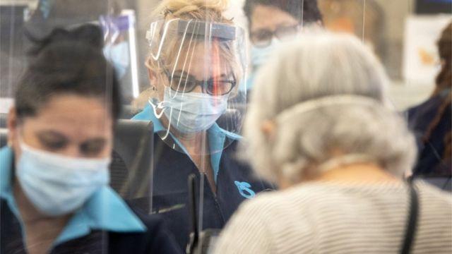 佛罗里达杂货店购物者和员工戴着口罩