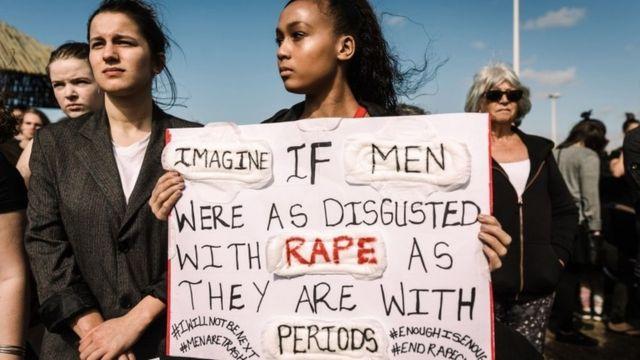 Manifestantes seguram cartazes durante marcha contra o feminicídio