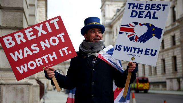 """Протестующий в Лондоне с плакатами """"Брексит того не стоил"""". """"Лучшая сделка - внутри ЕС""""."""