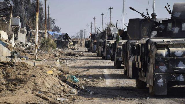 ラマディ市内を進むイラク軍(28日)