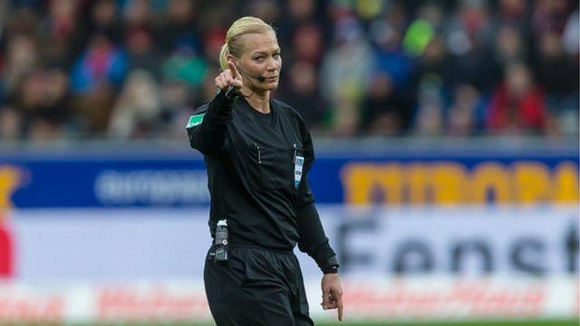 Bayern Münih-Augsburg maçını Bibiana Steinhaus yönetti.