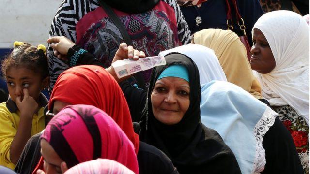 نساء مصريات في طابور على مواد استهلاكية