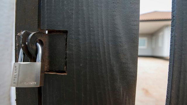 กุญแจล็อกประตู