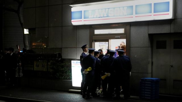 東京銀座安倍、特朗普兩家進餐餐館附近警員阻止便利店顧客離開(5/11/2017)