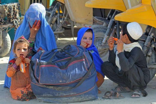 Una familia afgana espera ser transportada a Pakistán, desde Spin Boldak hasta Chaman, 22 de agosto de 2021