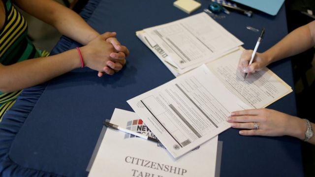 Según los abogados, muchos residentes permanentes están pidiendo la ciudadanía estadounidense para tener un estatus más estable.