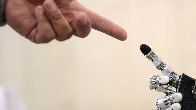 إصبع بشري وإصبع لجهاز روبوت