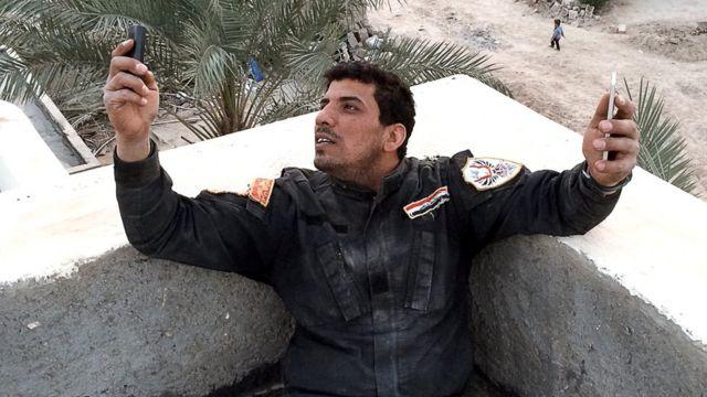 أحمد طلقة يفحص هاتفه المحمول