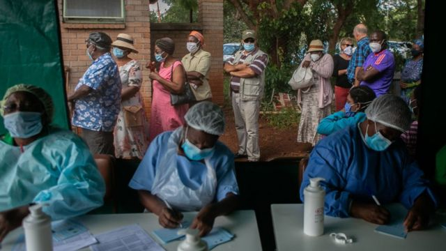 Люди стоят в очереди на вакцинацию в Зимбабве