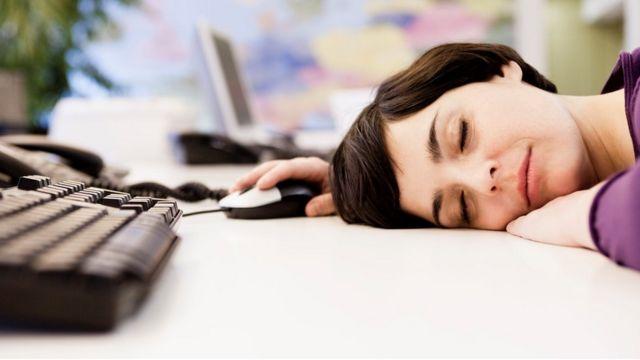 Женщина спит за компьютером
