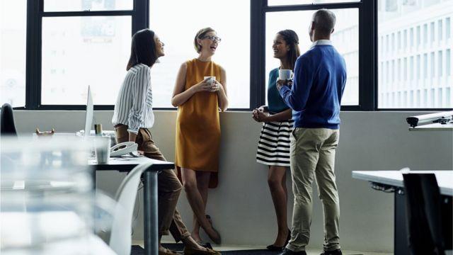 Funcionários conversam em um escritório