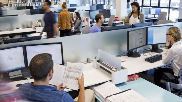 """""""Просто поставить впритык кучу столов в одном помещении - не значит грамотно спроектировать офис открытого типа"""", - пишет один из читателей"""