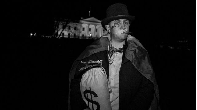 Madrigal frente a la Casa Blanca.