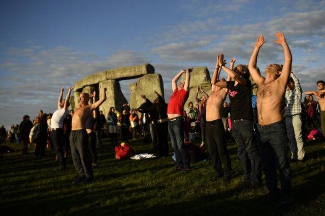 Stonehenge summer solstice: Thousands gather to cheer sunrise