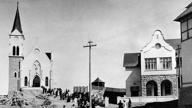 Photo prise en octobre 1937 de colons allemands quittant une église au Togo.