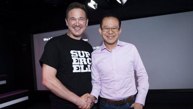 El cofundador y CEO de la compañía finlandesa Supercell, Ilkka Paananen, (izquierda) junto a Martin Lau, presidente de Tencent