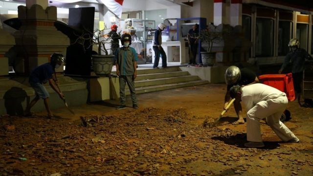 Жители Денпасара (Бали) сразу же занялись расчисткой улиц, 5 августа 2018