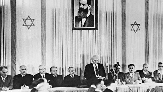 El primer primer ministro israelí, David Ben-Gurion, en la proclamación oficial del Estado de Israel, el 14 de mayo de 1948, en Tel Aviv.