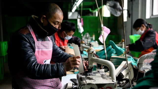 Trabajadores con máscaras faciales.