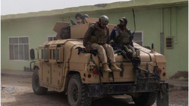 Foto mostra tropas do Afeganistão com humvees - veículos que agora estão sob posse do Talebã