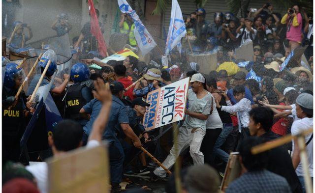 警察は放水砲を使ってデモに対抗した(19日)