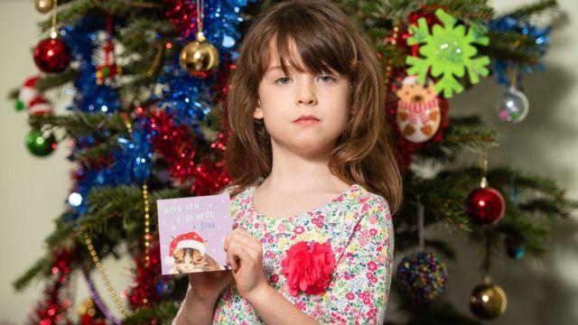 倫敦女孩弗洛倫斯·維迪科姆拿著她買到的Tesco套裝聖誕卡(22/12/2019)