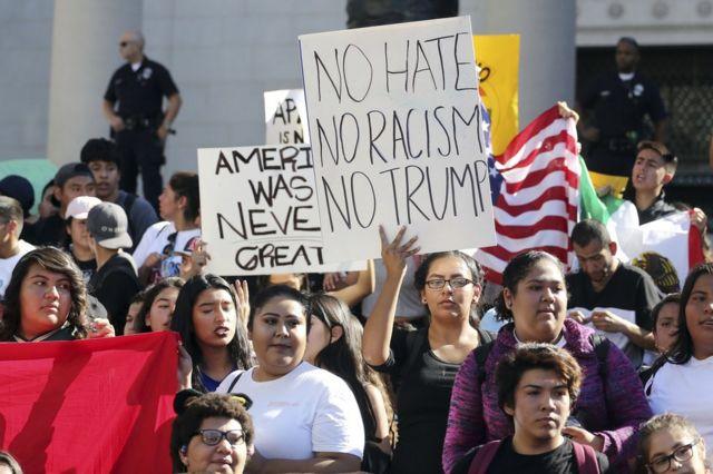 Estudiantes de secundaria protestan contra el presidente electo de Estados Unidos, el republicano Donald Trump, en Los Ángeles, California, el 14 de noviembre.